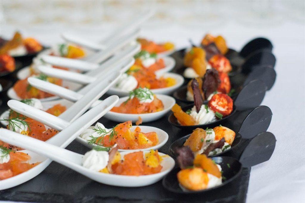 verrines et cuillères de poisson cru pour mariage